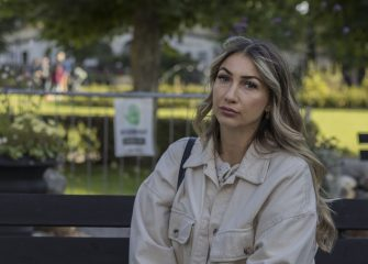 """Ett år efter tragedin – Botkyrka samlas för att minnas Adriana: """"Vill föra vidare hennes röst"""""""